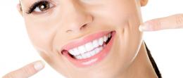 Dentes brancos rejuvenescem a aparência