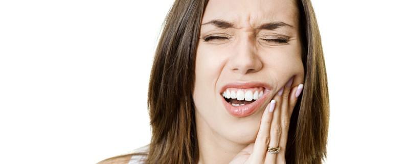 mulher com dor de dente